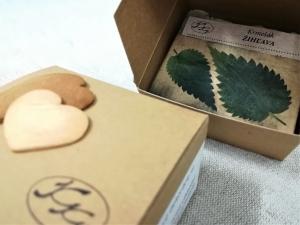 Krmešáky - prírodné bylinkové mydlá - Krabička s logom